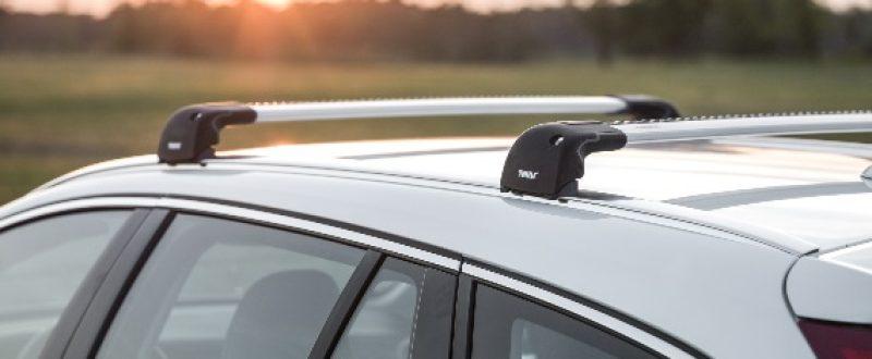 Pakowanie zaczyna się od bagażnika dachowego. Kup odpowiedni dla swojego auta zestaw z belkami stalowymi lub aluminiowymi. Podpowiemy, który wybór będzie najlepszy.